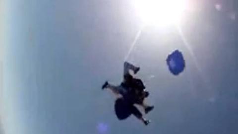 Celebra sus 80 años saltando en paracaídas